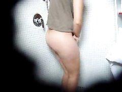 Скрытая камера в туалете сняла на видео домашнюю мастурбацию леди с волосатой киской