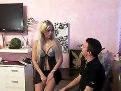 Клиент в немецком видео для домашнего секса вызвал зрелую немецкую блондинку
