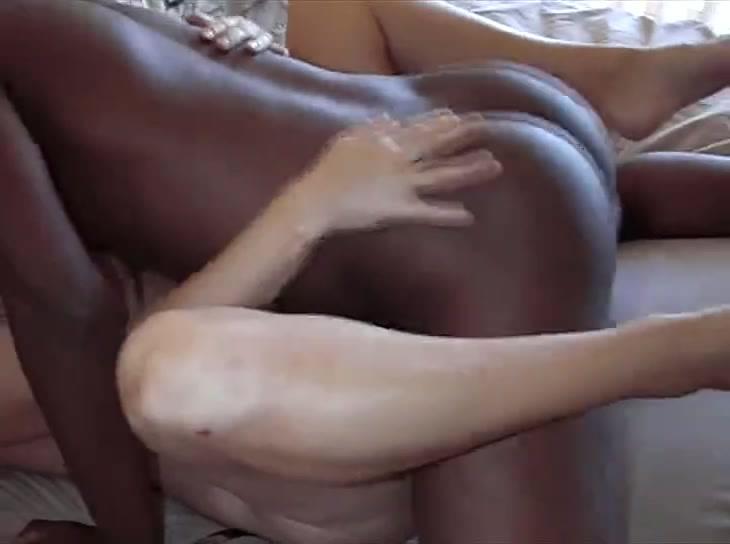 Белая красотка с мокрой зрелой киской жаждет секса с темнокожим любовником