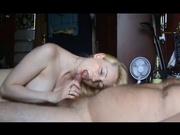 Русская зрелая блондинка в домашнем видео лёжа делает минет поклоннику
