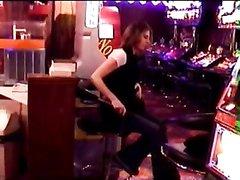 Азартная дамочка в любительском видео в казино доигралась до раздевания