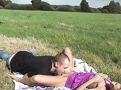 Немецкая модель на пикнике на десерт пожелала любительский секс со спермой