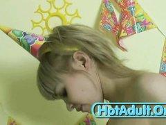 Молодая проститутка после любительской мастурбации бесплатно сосёт член