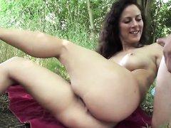 Немецкая брюнетка с круглой попой поклонница любительского анального секса на природе