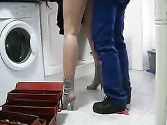 Зрелая домохозяйка с рыжими волосами после куни порадовала сантехника сексом