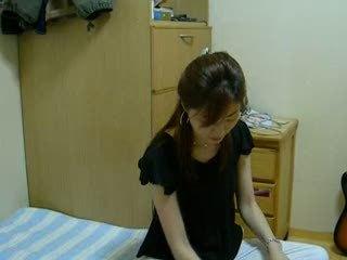 В домашнем видео корейская красотка мастурбирует член озабоченного ухажёра