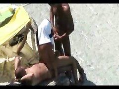 Групповой секс свингеров на летнем пляже снимает сверху скрытая камера