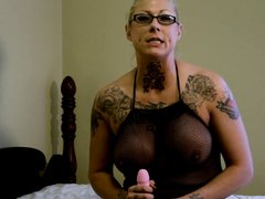Татуированная блондинка в очках на секс игрушке отрабатывает домашнюю мастурбацию