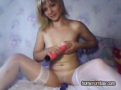 Русская блондинка в чулках устроила любимыми секс игрушками двойное проникновение