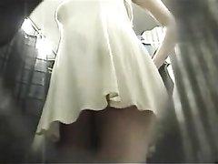 Подглядывание в женской раздевалке под юбку снято на любительское видео