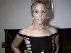 Зрелая любовница с бритой киской в видео крупным планом принимает большой член