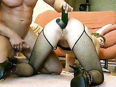 Зрелая жена в чулках для домашней анальной мастурбации использует большие огурцы