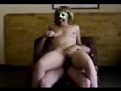 Зрелая домохозяйка с маленькими сиськами надела маску для секса перед камерой