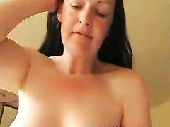 Красивая зрелая домохозяйка наградила поклонника незабываемым сексом