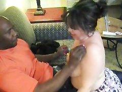 Зрелая толстуха в домашнем видео подставила белую киску негру с чёрным членом