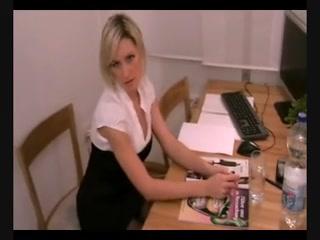На работе зрелая бизнес леди в чулках расслабляется с помощью домашнего секса