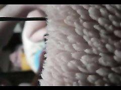 Азиатка в любительском видео упросила парня дрочит волосатую киску вибратором