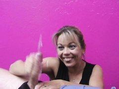 Весёлая латинская леди в домашнем видео мастурбирует член до струи спермы
