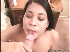 Азиатская любительница орального секса готова сосать и глотать сперму