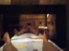 Зрелая домохозяйка с широкими бёдрами дрочит член до проникновения в киску