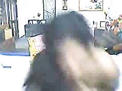 Брюнетка для онлайн домашней мастурбации разделась и легла перед вебкамерой