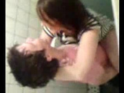 Влюблённая парочка под скрытой камерой в кабинке туалета наслаждается сексом