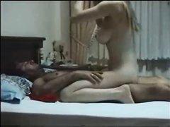 Молодая блондинка и зрелый ловелас наслаждаются домашним сексом перед скрытой камерой