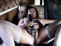 Зрелая домохозяйка в чулках взяла секс игрушку для любительской мастурбации