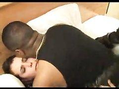 Белая развратница в межрассовом видео отдалась в зрелую киску негру любовнику