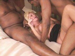 Крепкие негры на белой простыни порадовали зрелую блондинку домашним сексом втроём