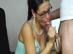 Зрелая и длинноногая бизнес леди для любительского секса вызвала в кабинет охранника