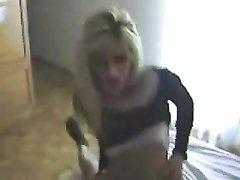 Худая блондинка перед скрытой камерой наслаждается домашним сексом верхом на члене