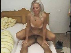 Худая зрелая блондинка с загорелой фигурой в немецком видео с любителем куни