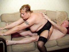 Идеальный домашний секс с куни возбудил зрелую толстуху в корсете и чулках