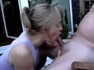 Зрелая женщина в любительском видео с бокового ракурса делает минет другу