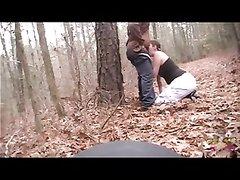 Скрытая камера в лесу сняла на видео любительский минет сделанный толстяку