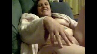 Толстая и зрелая развратница в жарком видео дрочит клитор перед любительским минетом