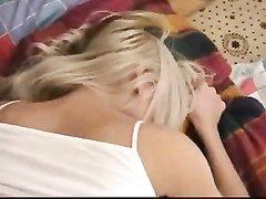 Блондинка с маленькими сиськами перед любительским сексом дрочит клитор