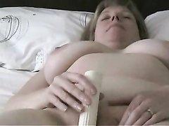 Фигурная зрелая толстуха для домашней мастурбации использует секс игрушку
