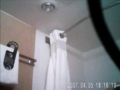 Скрытая камера в ванной позволяет снимать домашнее видео и подглядывать за дамой