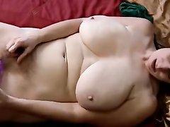Домашняя мастурбация зрелой киски с фиолетовой секс игрушкой крупным планом