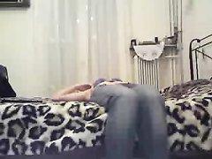 В любительском видео длинноногая модель мастурбирует перед скрытой камерой