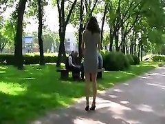 Девушка в розовом платье в любительском видео показывает киску на улице