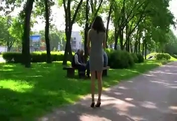 Показывают писю на улице видео