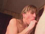 Покорная любовницы в жарком видео давится членом во время глубокой глотки