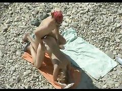 Скрытая камера на пляже снимает любительское видео с подглядыванием начавшееся с куни
