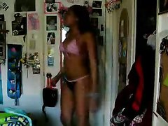 Фигуристая негритянка с упругой попой танцует стриптиз в домашнем видео