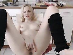 Домашняя мастурбация блондинки с секс игрушками завершается сквиртингом