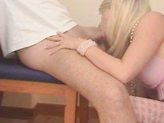 Блондинка в нижнем белье и чулках в любительском видео отдалась после минета