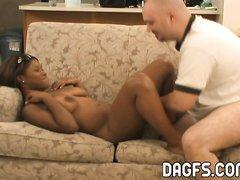 Фигуристая негритянка в домашнем видео разделась и трахается с белым парнем